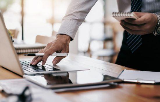 businessman-using-computer-to-analyses-marketing-data_t20_P37ykQ